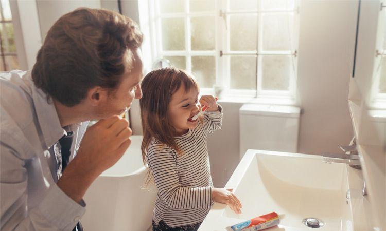 Jak myć dziecku zęby i jak je tego nauczyć?