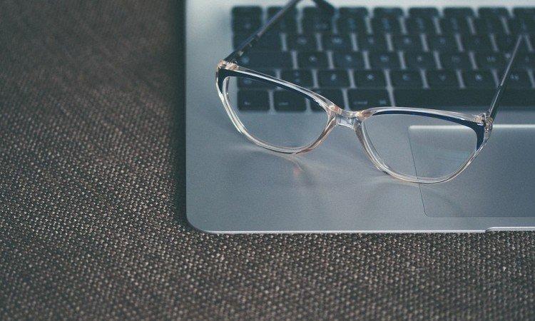 Efekt zmęczonych oczu – przyczyny, objawy i metody leczenia - Apteka internetowa Melissa